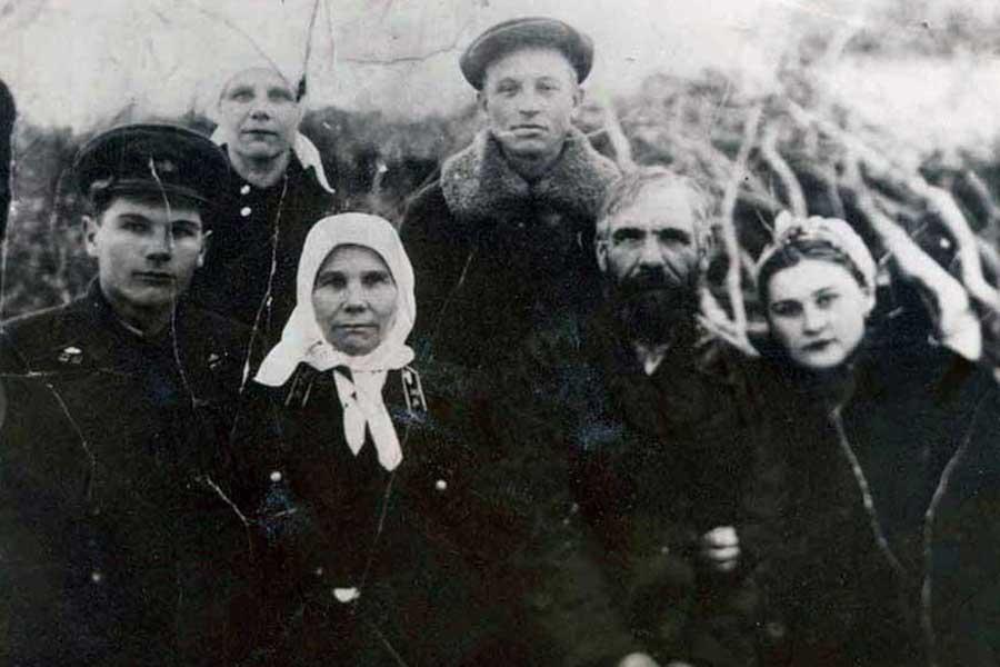 Лейтенант А.И.Грибков с родителями, супругой и родственниками