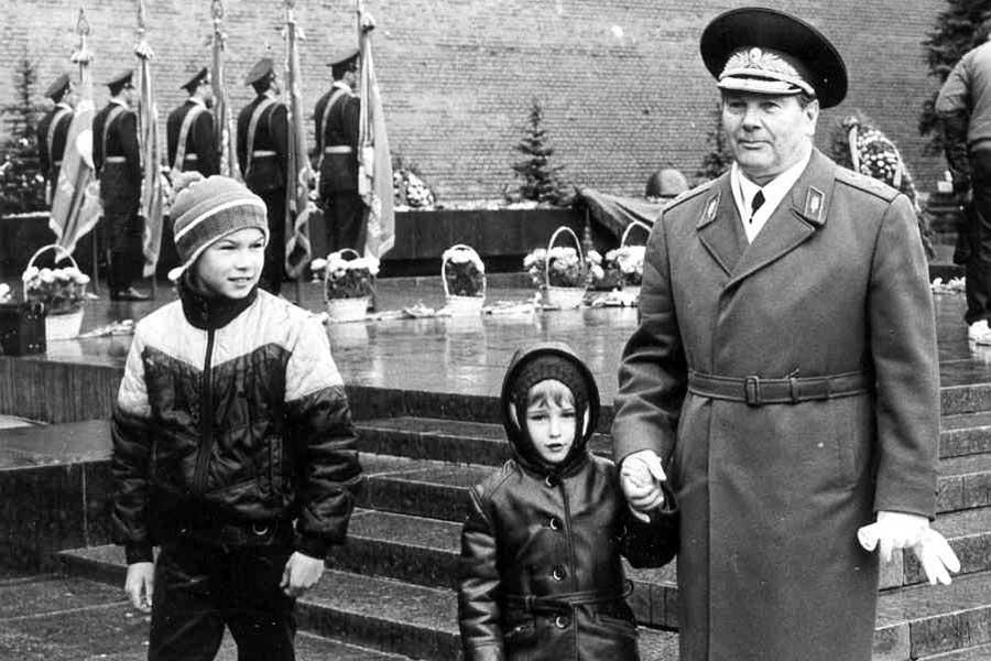 Генерал армии А.И. Грибков с внуками