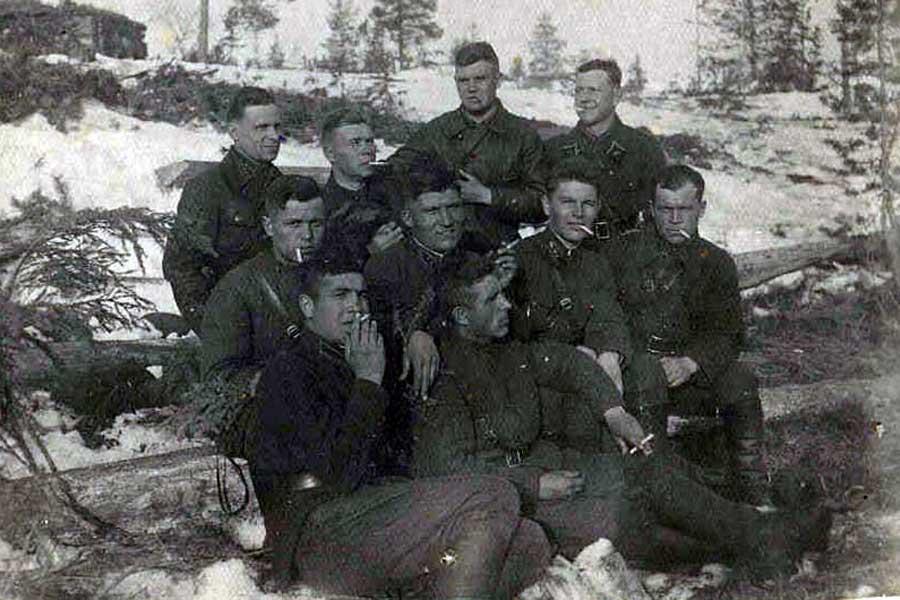 Лейтенант А.И. Грибков на финской войне (втоорой справа)